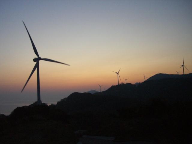 朝焼けと風車-十六風車公園